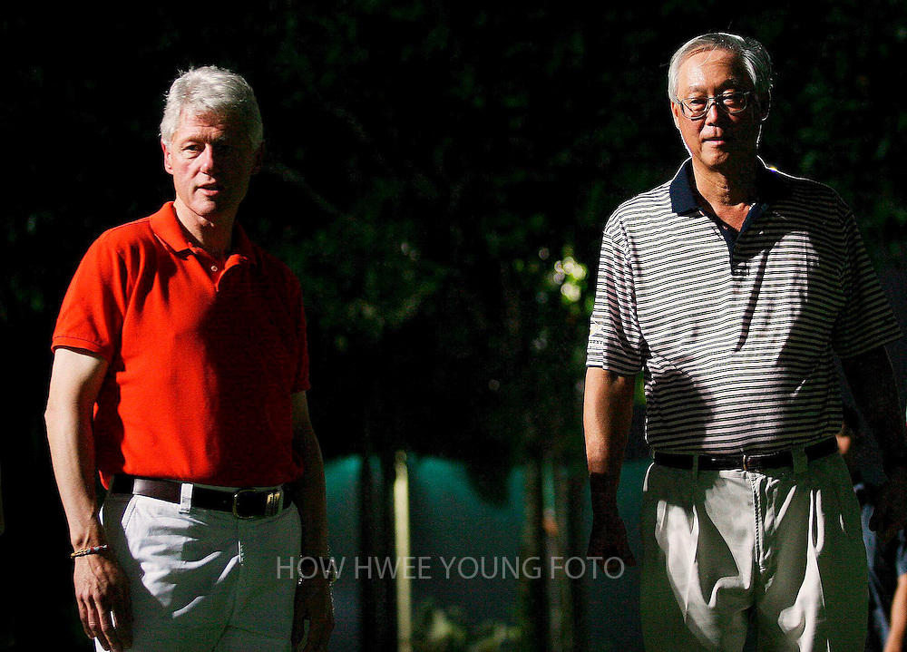 epa000379562 Former US president Bill Clinton (L) and Singapore's Senior Minister Goh Chok Tong at Orchid Country Club before a game of golf in Singapore on Monday 28 February 2005. Clinton arrived in Singapore on Monday after a two-day visit to Taiwan. He will meet the city state's Prime Minister, Lee Hsien Loong and Minister Mentor Lee Kuan Yew on Tuesday.  EPA/HOW HWEE YOUNG