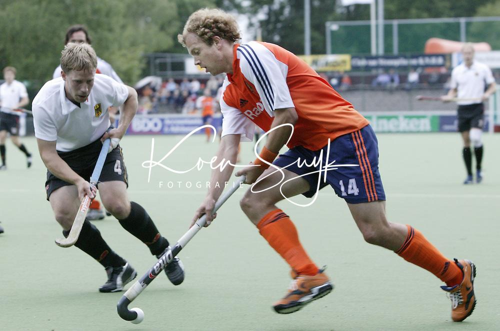 Vierlandentoernooi Hockey. Nederland-Duitsland. Teun de Nooijer passeert de Duitser Philipp Crone