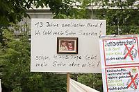 14 JUL 2001, BERLIN/GERMANY:<br /> Plakat von Eltern, meist Vaetern, die gegen die Trennung von ihren Kindern (i.d.R. durch Scheidung von einem auslaendischen Partner) demonstrieren, Breitscheidplatz vor der Gedaechniskirche<br /> IMAGE: 20010714-01-003<br /> KEYWORDS: Scheidungskind, Scheidungskinder, Demo, Demonstration, Demonstrant, demonstrator, Protest