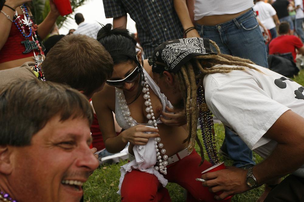 (TP_259343_LYTT_GASPAR)<br />  <br /> CAPTION:  (TAMPA, FL -- 01/27/2007)    (MELISSA LYTTLE | Times)   <br /> <br /> STORY SUMMARY:  The city of Tampa celebrates Gasparilla.  (MELISSA LYTTLE | Times)
