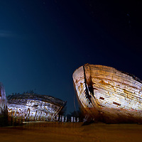 Le cimetière de bateau du Magouër au Plouhinec dans le Morbihan un soir de pleine Lune.