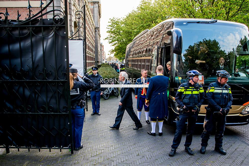 DEN HAAG - Prins Constantijnen prinses Laurentien met hun kinderen  komen aan bij paleis noordeinde voor het verjaarddagfeest van koning willem alexander ROBIN UTRECHT NETHERLANDS ONLY