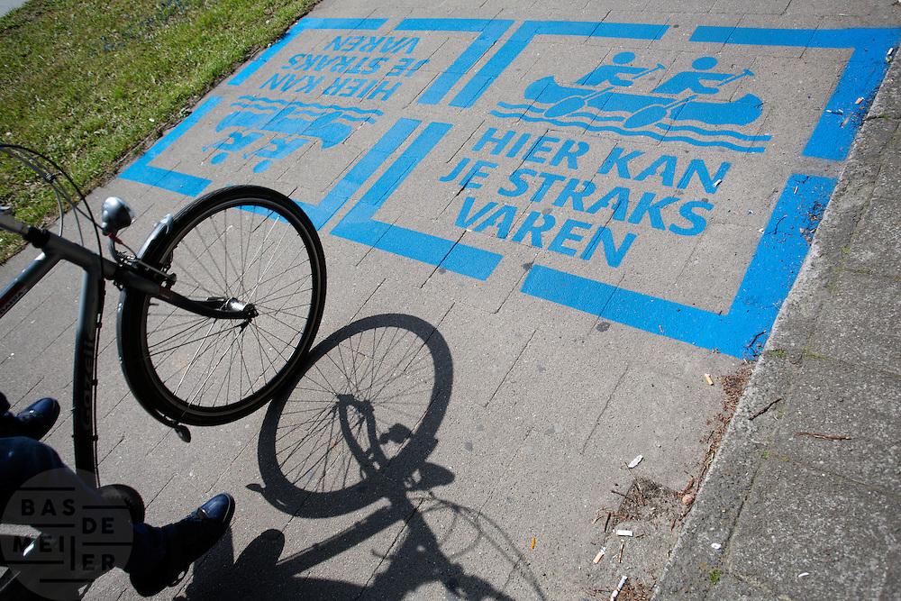 In Utrecht wordt op een fietspad aangegeven waar het water van de Catherijnesingel gaat lopen. Momenteel is men druk bezig om de voormalige autoweg weer om te bouwen naar de oorspronkelijke singel met water.<br /> <br /> In Utrecht a mark on a bike path says that in the near future it will be a canal again.