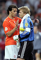 Fotball,Portugal, EM, Euro 2004, 150604, Tyskland-Nederland 1-1, <br /> Ruud van Nistelrooy, Nederland, og Oliver Kah, Tyskland<br /> Photo: Digitalsport