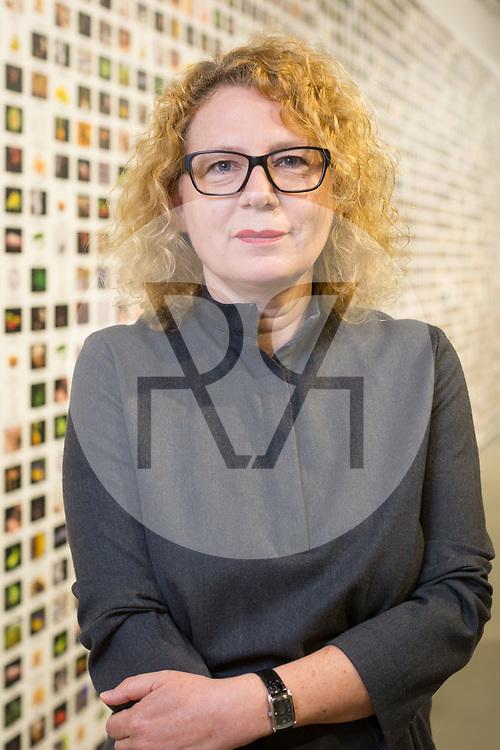 SCHWEIZ - BASEL - Sabine Himmelsbach, Direktorin Haus der elektronischen Künste HeK, fotografiert vor der Wandtapete 'The Infinite Engine (Crops/Animals/Labs)' in der Ausstellung 'Anti-Bodies' von Lynn Hershman Leeson - 03. Mai 2018 © s+f/Raphael Hünerfauth - http://huenerfauth.ch