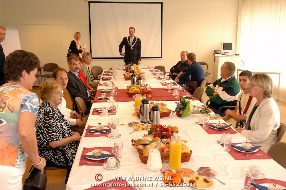 NLD/Bussum/20060824 - 1e landelijke Naturalisatiedag, Burgemeester Milo Schoenmaker nuttigd een ontbijt