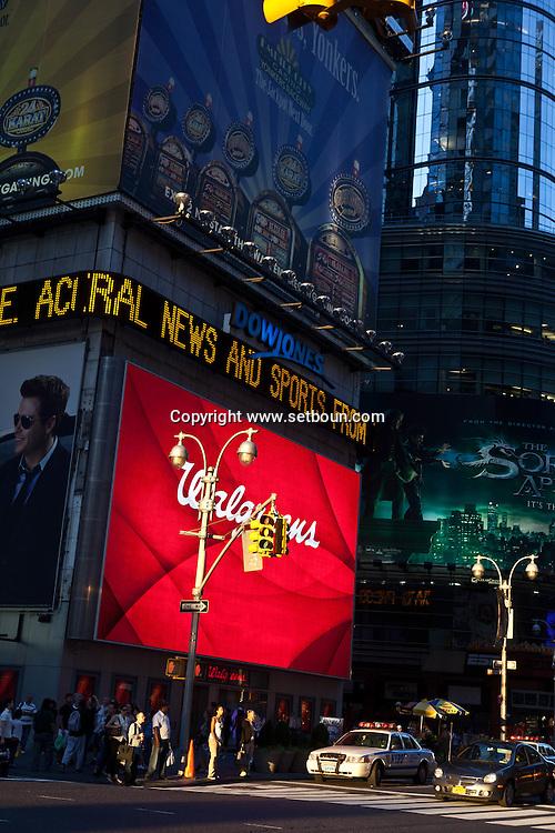 New York. times square.advertising bilboard , sunset on 42nd street and boadway ,Times square area. New york - United states  Manhattan / panneau publicitaire, coucher de soleil sur la 42em rue Times square scenes de rue,   New york - Etats unis
