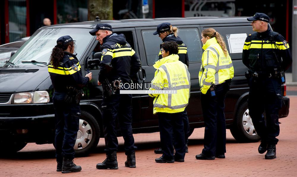 ROTTERDAM - Een grote politie controle , op verkeers overtredingen , rijbewijs , controle , snelheid , boete , bekeuring , politiecontrole .  terreur , controle , vuurwapens , vuurwapen , wapen , drugs , COPYRIGHT ROBIN UTRECHT