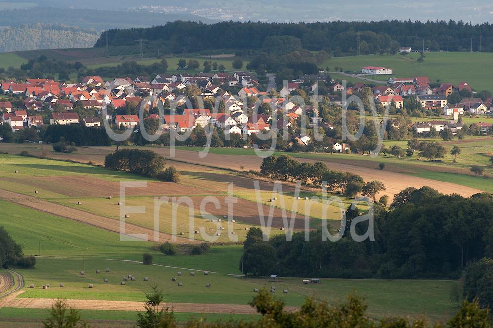 Blick über den Odenwald vom Katzenbuckel auf Waldbrunn, Odenwald, Naturpark Bergstraße-Odenwald, Baden-Württemberg, Deutschland   view from Katzenbuckel over Odenwald ond Waldbrunn, Odenwald, Baden-Wuerttemberg, Germany