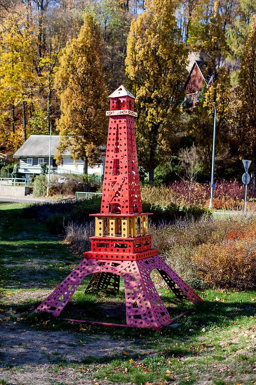 Ein aus Merkur Komponenten gebauter Eifelturm erwartet Besucher am Ortseingang vom Standort der Firma in Police nad Metuji.