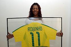 03.09.2004 - DIÁRIO DE S. PAULO/NELSON COELHO / AGÊNCIA O GLOBO - ES - ROBINHO - MARINA MÃE DO ROBINHO - SANTOS - SP - FOTODIGITAL