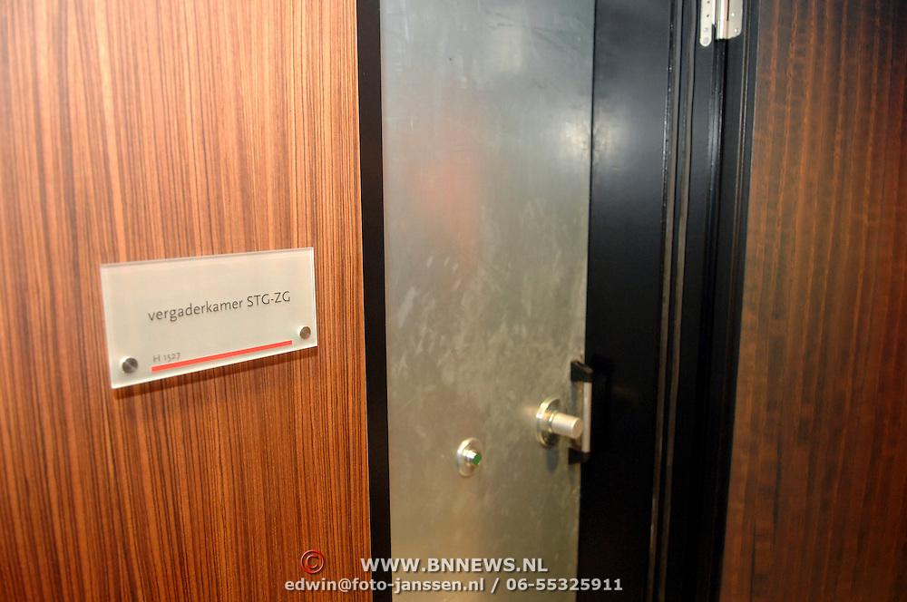 NLD/Den Haag/20061130 - Persrondleiding Nationaal Crisiscentrum Den Haag, ruimte met Kooi van Faraday, top beveilgde ruimte