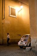 ITA,Italien,Rom,29.07.2008  Ein Fiat 500 in einer Gasse in Rom...[ CREDIT: Henning Schacht / www.berlinpressphoto.de  (c) Henning Schacht - Leuthener Str.  1 - 10829 Berlin - phone +49-30-78705770 - info@berlinpressphoto.de  - Veroeffentlichung nur gegen Honorar gemaess MFM plus 7% Mwst, Urhebervermerk und Beleg - No Model Release ] .