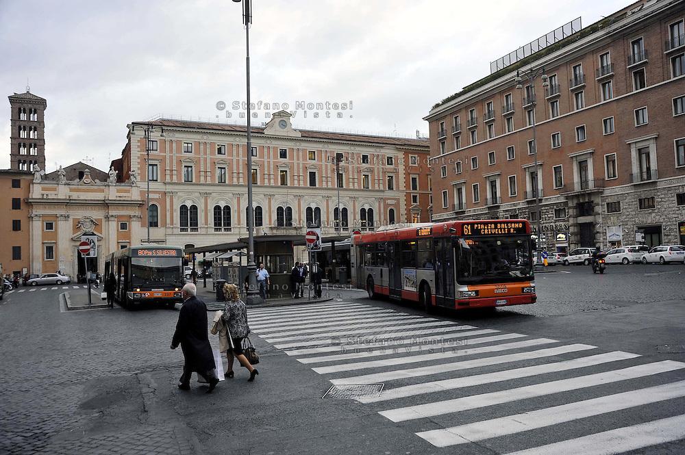 Roma .Piazza San Silvestro e i capolinea  degli autobus, sullo sfondo il Palazzo delle Poste
