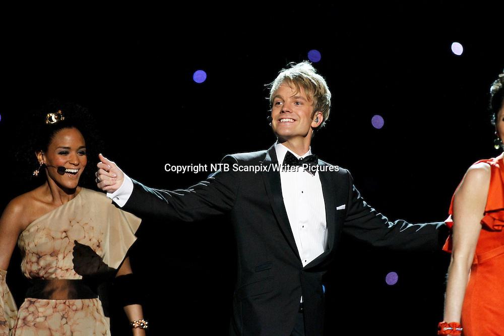 FORNEBU OSLO  20100529.<br /> Melodi Grand Prix / Eurovision Song Contest<br /> Programlederen Erik Solbakken  under finalen av Eurovision Song Contest i Telenor Arena l&macr;rdag.  I bakgrunnen programleder Haddy N Jie.<br /> Foto: Cornelius Poppe / SCANPIX<br /> <br /> NTB Scanpix/Writer Pictures<br /> <br /> WORLD RIGHTS, DIRECT SALES ONLY, NO AGENCY