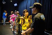 Efter upptr&auml;det k&ouml;per fansen en m&ouml;jlighet att tr&auml;ffa och prata med sin 'idol'. <br /> <br /> Saya Aoi, 22 &aring;r, sjunger i idolgruppen Karenshugi. De upptr&auml;der i Akihabara, Tokyo. <br /> <br /> Ishiyama Tomotaka, 41 &aring;r, gift och har tv&aring; barn (tv&aring; d&ouml;ttrar, tio respektive sju &aring;r). &quot;Min fru &auml;r ocks&aring; ett fan av gruppen s&aring; ibland g&aring;r vi hit ihop.&quot;<br /> <br /> &quot;Jag bryr mig inte om tjejerna har pojkv&auml;n s&aring; l&auml;nge de h&aring;ller f&ouml;rh&aring;llandet hemligt.&quot;<br /> <br /> &quot;Det &auml;r som en fantasik&auml;rlek. Jag fantiserar om att vara deras pojkv&auml;n. <br /> <br /> Vad sa du till din idol: &quot;Jag gillar t-shirts och ibland designar jag mina egna s&aring; vi pratade om det.&quot;<br /> <br /> &quot;Det k&auml;nns som att tr&auml;ffa min flickv&auml;n, trots att jag &auml;r gift. Det tillfredsst&auml;ller mig verkligen att tr&auml;ffa henne.&quot;
