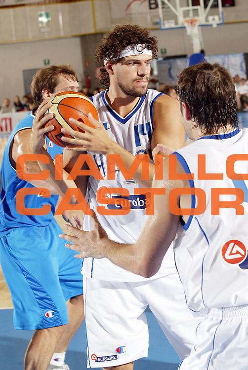 DESCRIZIONE : Bormio Trofeo Internazionale Diego Gianatti Grecia Italia <br /> GIOCATORE : Papadopoulos<br /> SQUADRA : Grecia <br /> EVENTO : Bormio Trofeo Internazionale Diego Gianatti Grecia Italia <br /> GARA : Grecia Italia<br /> DATA : 23/07/2006 <br /> CATEGORIA : Rimbalzo <br /> SPORT : Pallacanestro <br /> AUTORE : Agenzia Ciamillo-Castoria/G.Cottini