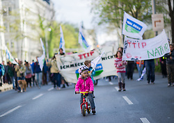 "18.04.2015, Innere Stadt, Wien, AUT, Globaler Aktionstag unter dem Motto ""Mensch und Umwelt vor Profit"" gegen das Freihandelsabkommen zwischen USA und EU namens TTIP, im Bild Mädchen mit Tretrad vor Demonstranten // girl with bike in front of Demonstrators during international protest against TTIP trade deal at inner city of Vienna, Austria on 2015/04/18, EXPA Pictures © 2015, PhotoCredit: EXPA/ Michael Gruber"