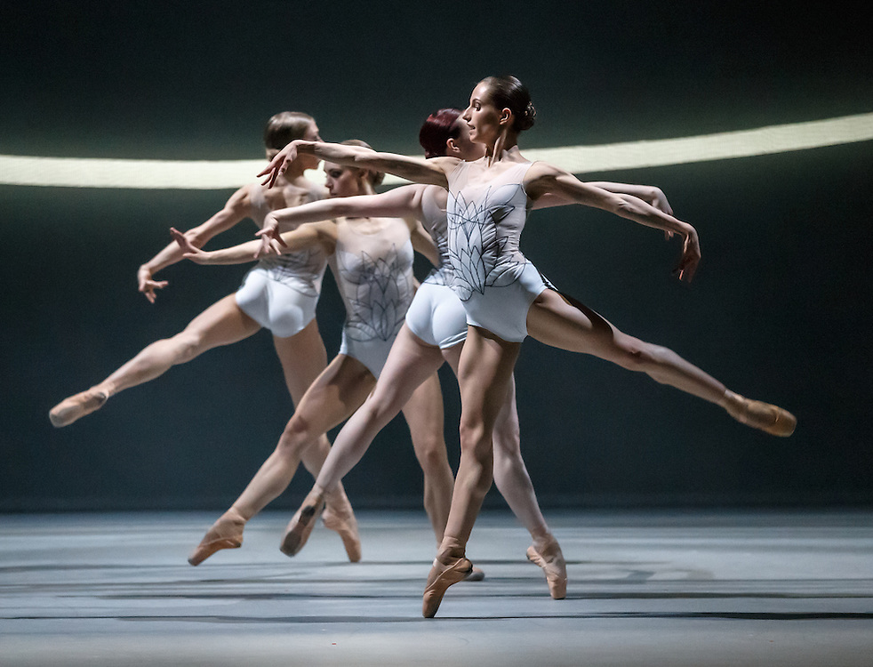 +Embargoed until 7.30pm Tues 19th April '16 + The world premiere of Scottish Ballet's new Swan Lake by David Dawson at The Theatre Royal, Glasgow. The swans. Picture Robert Perry 18th April 2016<br />