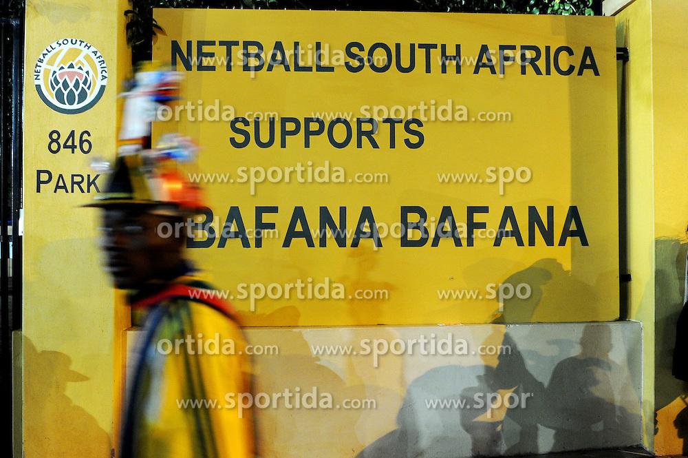 16.06.2010, Versfeld-Stadion, Pretoria, RSA, FIFA WM 2010, RSA, FIFA WM 2010, Südafrika vs Uruguay im Bild Fanfeature Südafrika vor einem Schild Netball South Africa supports Bafana Bafana, EXPA Pictures © 2010, PhotoCredit: EXPA/ InsideFoto/ G. Perottino, ATTENTION! FOR AUSTRIA AND SLOVENIA ONLY!!! / SPORTIDA PHOTO AGENCY