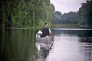 Nederland, Kekerdom, 21-6-2016Beversafari met kano in de Millingerwaard . Staatsbosbeheer gaat nder leiding van een boswachter tochten per kano organiseren zodat belangstellenden de natuur in de Millengerwaard echt kunnen beleven. Doel is om bevers te spotten . Boswachter in kanoFOTO: FLIP FRANSSEN