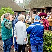 NLD/Amersfoort/20171024 - Streekbezoek Koning Alexander en koningin Maxima aan Eemland, Willem Alexander en Maxima praten met boeren