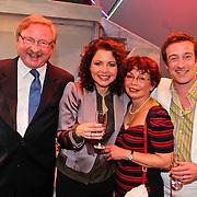 NLD/Zaandam/20101122 - Premiere Volendam de Musical, cast, Maaike Widdershoven met ouders en partner Daniel Staakman