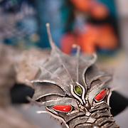 Le corail est l'emblème de l'Adriatique. De jeunes créateurs croates se l'approprient pour le faire naître dans des compositions fortes comme ce dragon qui symbolise la ville.