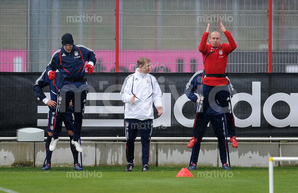 Fussball 1. Bundesliga:  Saison   2009/2010    Training beim FC Bayern Muenchen 14.04.2010 Bastian Schweinsteiger, Arjen Robben (v.li., FCB)