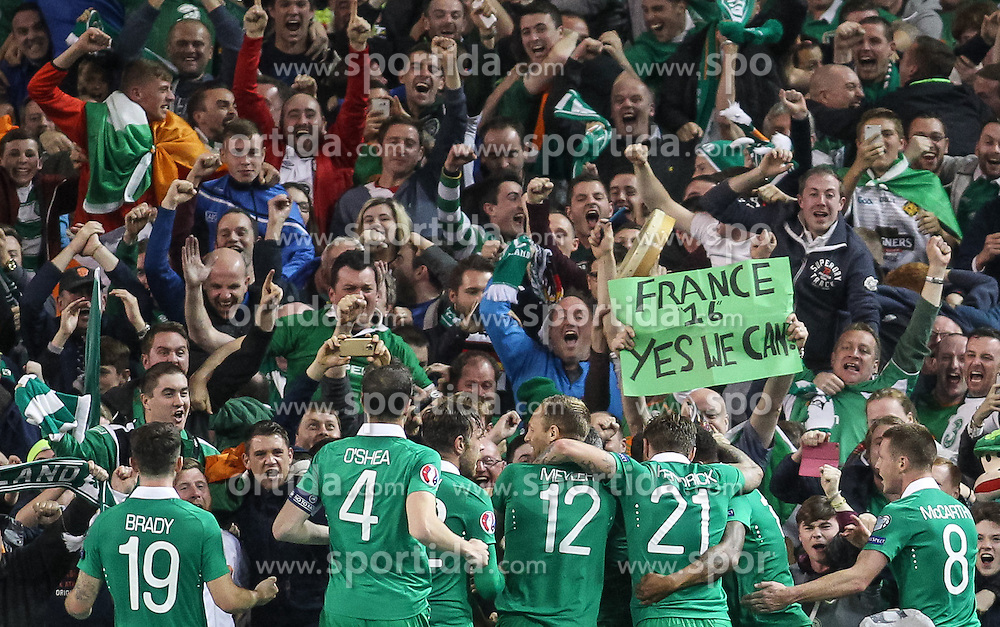 08.10.2015, Avia Stadium, Dublin, IRL, UEFA Euro Qualifikation, Irland vs Deutschland, Gruppe D, im Bild Irische Spieler beim Torjubel nach dem 1:0 durch Shane Long (Irland #9), France 2016, yes we can // during the UEFA EURO 2016 qualifier group D match between Ireland and Germany at the Avia Stadium in Dublin, Ireland on 2015/10/08. EXPA Pictures &copy; 2015, PhotoCredit: EXPA/ Eibner-Pressefoto/ Risto Bozovic<br /> <br /> *****ATTENTION - OUT of GER*****