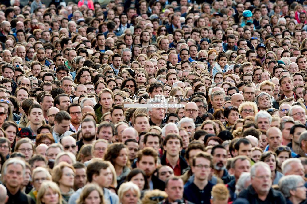 AMSTERDAM - Koning Willem-Alexander en koningin Maxima leggen een krans bij het Nationaal Monument op de Dam tijdens de nationale dodenherdenking.4-5-2016 AMSTERDAM - Amsterdam Queen Maxima and King Willem-Alexander at the wearth laying ceremony (Dodenherdenking) at the WWII memorial at the monument op de Dam in Amsterdam.  COPYRIGHT ROBIN UTRECHT <br /> Koning Willem-Alexander, Koningin Maxima en minister-president Rutte zijn woensdagavond 4 mei aanwezig bij de Nationale Herdenking in Amsterdam. De minister-president is donderdag 5 mei aanwezig bij het Bevrijdingsfestival in Groningen, waar hij het Bevrijdingsvuur ontsteekt als start van de Nationale Viering van de Bevrijding. De Koning en Koningin en de minister-president wonen die avond in Amsterdam het 5 mei-concert bij, de afsluiting van de Nationale Viering van de Bevrijding.