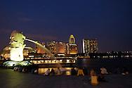 Singapore: la skyline della citta con i grattacieli che si affacciano su porto