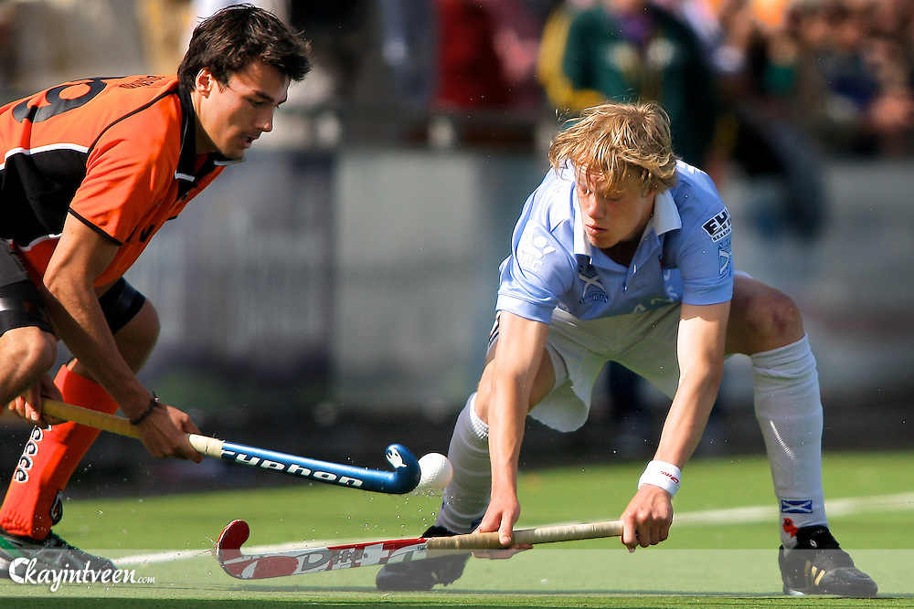 EINDHOVEN - Oranje Zwart - Bloemendaal, Rabo hoofdklasse hockey heren, Seizoen 2010-2011, 10-04-2011, Simon Gougnard (l) van Oranje Zwart en Tim Jenniskens (r) van Bloemendaal