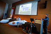 Het Human Power Team Delft en Amsterdam (HPT) en Elan Racing Team presenteren de rijders die in september een poging gaan wagen het wereldrecord mensaangedreven voertuigen te verbreken. Dat staat nu op 133 km/h. Voor HPT gaan Sebastiaan Bowier en Wil Baselemans rijden, Elan Racing Team heeft Jan Bos (2e rechts), Johanneke Vis (2e links) en Ellen van Vugt (links) rijden.<br /> <br /> The Human Power Team Delft and Amsterdam (HPT) and Elan Racing Team are presenting the cyclists for the record attempt with human powered vehicles. Sebastiaan Bowier and Wil Baselmans will ride for the HPT, Jan Bos (2nd right), Ellen van Vugt (left) and Johanneke Vis (2nd left) will ride for the Elan Racing Team.