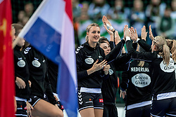 03-12-2017 DEU: 23rd Women World Championship China - Netherlands, Leipzig<br /> De Nederlandse handbalsters hebben hun tweede pouleduel in groep D op het WK in Duitsland zeer overtuigend gewonnen. In de Arena Leipzig was Nederland met 40-15 te sterk voor China. / Kelly Dulfer #18 of Netherlands
