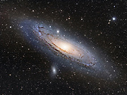 Die Andromeda-Galaxie gehört wie unsere Heimatgalaxie zur sog. Lokalen Gruppe und ist die uns nächstgelegene große Galaxie mit einer Entfernung von ca. 2.5 Millionen Lichtjahren. Sie misst einen sichtbaren Durchmesser von ca. 150.000 Lichtjahren und ist damit etwa 1/3 größer als unsere Milchstrasse. Sie ist eine von wenigen Deep Sky Objekten am Nachthimmel, die bereits mit bloßem Auge beobachtet werden kann. Der Astronom Charles Messier katalogisierte diese, auch unter dem Namen Andromedanebel bekannte Galaxie mit der Bezeichnung Messier 31. Berechnungen und Computer gestützte Simulationen verraten, dass unsere Milchstrasse in vier bis zehn Milliarden Jahren mit der Andromeda Galaxie kollidieren wird, was eine gigantische Verschmelzung beider Galaxien verursachen würde. Belichtungen: Luminanz: 10x120 (Bulge) + 16x600 sek @ 800 ASA Aufnahmeoptik: Takahashi FS60CB + Flattener f/6.2 Montierung: Losmandy G11 + Littlefoot Kamera: Canon EOS 20Da Autoguiding: Webcam guiding @ Takahashi FS102 Bildbearbeitung: ImagesPlus, PS, Neat Image