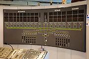Nederland, Zeeland, Neeltje Jans, 16-04-2009; Ir. J.W. Topshuis, interieur van het Dienstgebouw Stormvloedkering Oosterschelde, het commandocentrum tijdens een zgn. noodsluiting. Bij dit  testen moet de eigen elektriciteitscentrale van de kering automatisch opstarten en koppelt het  systeem zichzelf los van het landelijk elektriciteitsnet. Op de foto geven de groene lichtjes de energievoorziening weer. Op deze foto is een van de twee eigen centrales in bedrijf (linksonder)   Bovenste deel van het tableau een weergave van de schuiven die de drie zeearmen, Roompot, Schaar en Hammen gaan sluiten. Bij een zogenaamde 'noodsluiting' wordt de kering door het computergestuurde besturing systeem volledig automatisch gesloten (het syteem wordt voor de gek gehouden door het handmatig omhoog draaien van de vlotters die de waterstand meten) <br /> Ir. J.W. Tops House, interior of the Service Building Oosterschelde storm surge barrier: display of electricty system (the green lights) and top of the display, the actual barrier (which consists of three parts of the estuary). When testing a so-called emergency closure, the computerized control system automatically starts the generators and disconnetcts from the national network. During the emergency closure test, the system is fooled by manually turning up the floats that measure the water height)<br /> foto/photo Siebe Swart