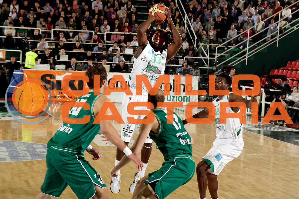 DESCRIZIONE : Avellino Lega A 2010-11 Quarti di finale Play off Gara 1 Air Avellino Benetton Treviso<br /> GIOCATORE : Omar Thomas<br /> SQUADRA : Air Avellino<br /> EVENTO : Campionato Lega A 2010-2011<br /> GARA : Air Avellino Benetton Treviso<br /> DATA : 19/05/2011<br /> CATEGORIA : tiro<br /> SPORT : Pallacanestro<br /> AUTORE : Agenzia Ciamillo-Castoria/A.De Lise<br /> Galleria : Lega Basket A 2010-2011<br /> Fotonotizia : Avellino Lega A 2010-11 Quarti di finale Play off Gara 1 Air Avellino Benetton Treviso<br /> Predefinita :