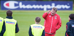 CARDIFF, WALES - Tuesday, October 7, 2008: Wales' manager John Toshack gives a team-talk before a training session at the Vale of Glamorgan Hotel ahead of the 2010 FIFA World Cup South Africa Qualifying Group 4 match against Liechtenstein. (Photo by David Rawcliffe/Propaganda)