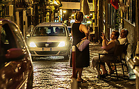Quartieri Spagnoli - Quartier Espagnol<br /> <br /> Naples fut d'abord fondee au cours du viiesiecle avant notre ere sous le nom de Parthenope par la colonie grecque de Cumes. <br /> Ce premier etablissement fut appele Palaiopolis (la ville ancienne). <br /> Lorsqu'une seconde ville fut fondee vers 500 avant notre ere par de nouveaux colons, cette nouvelle fondation fut appelee Neapolis (nouvelle ville).<br /> Alliee de Rome au ivesiecle av.J.-C., la ville conserve longtemps sa culture grecque et restera la ville la plus peuplee de la botte italique et sans aucun doute sa veritable capitale culturelle.<br /> Elle remplaça Capoue comme capitale de la Campanie apres la bataille de Zama, a la suite de la confiscation de citoyennete et des territoires de cette derniere, par son alliance avec Hannibal avant la bataille de Cannes.<br /> Naples possede ainsi l'une des plus grandes concentrations au monde de ressources culturelles et de monuments historiques, jalonnant 2800 ans d'histoire. <br /> Dans le centre historique, inscrit sur la liste du patrimoine mondial de l'Unesco, se rencontrent notamment 448 eglises historiques ainsi que d'innombrables palais historiques, fontaines, vestiges antiques, villas, residences royales.