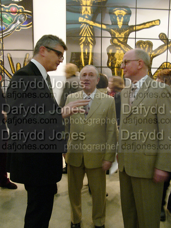 Jay Jopling, Gilbert ( shorter) and George. Gilbert and George SonOfAGod  Pictures. White Cube. 19  January 2006.  ONE TIME USE ONLY - DO NOT ARCHIVE  © Copyright Photograph by Dafydd Jones 66 Stockwell Park Rd. London SW9 0DA Tel 020 7733 0108 www.dafjones.com