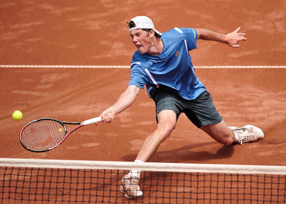 Ilia Marcenko (Ucraina) returneaza o minge lui Victor Hanescu (nu este prezent in fotografie), in meciul de tenis contand pentru turul doi al Grupei I a Zonei Euro-africane din Cupa Davis, disputat la Arenele BNR, in Bucuresti, vineri, 7 mai 2010. BOGDAN MARAN / MEDIAFAX FOTO