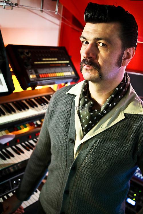 Arnaud Rebotini, musicien et producteur, dans son studio de Paris, le 19 janvier 2011.