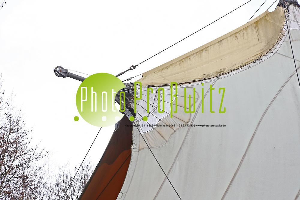Mannheim. 27.01.16 Luisenpark. Seeb&uuml;hne. Derzeit sind die Sitzb&auml;nke wegen faulender Unterkonstruktion demontiert.<br /> Auch das Dach ist por&ouml;s.<br /> Bild: Markus Prosswitz 27JAN16 / masterpress (Bild ist honorarpflichtig - No Model Release!)