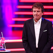 NLD/Hilversum/20100910 - Finale Holland's got Talent 2010, Robert ten Brink met de trofee