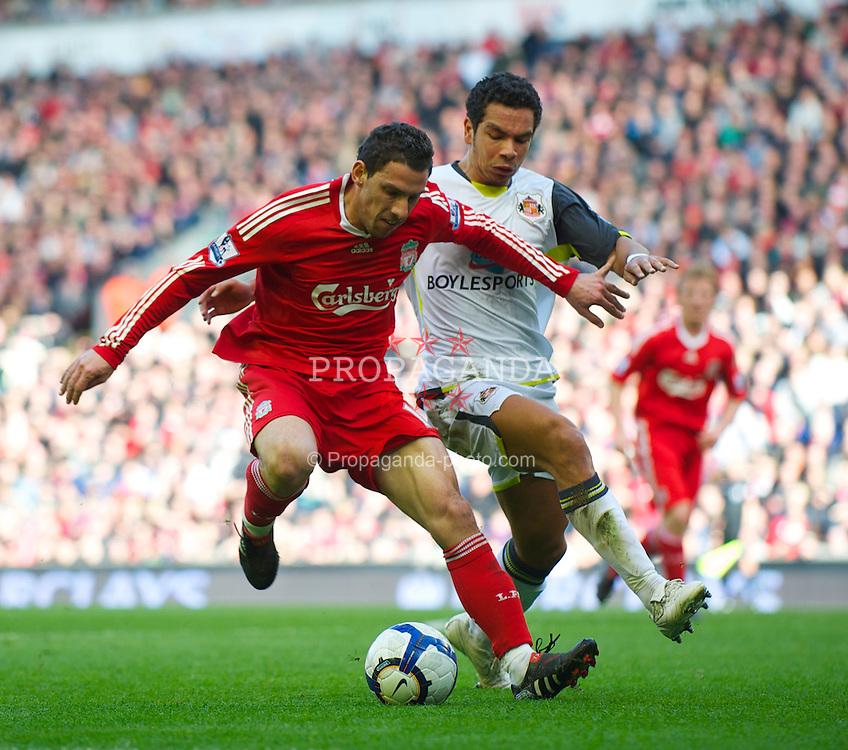 LIVERPOOL, ENGLAND - Sunday, March 28, 2010: Liverpool's Maximiliano Ruben Maxi Rodriguez and Sunderland's Kieran Richardson during the Premiership match at Anfield. (Photo by: David Rawcliffe/Propaganda)