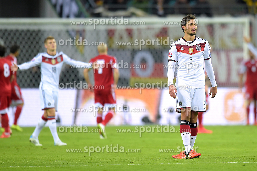 11.10.2015, Stadion Leipzig, Leipzig, GER, UEFA Euro Qualifikation, Deutschland vs Georgien, Gruppe D, im Bild Mats Hummels (GER #5) schaut resigniert nach einer vergebenen Torchance der Deutschen // during the UEFA EURO 2016 qualifier group D match between Germany and Georgia at the Stadion Leipzig in Leipzig, Germany on 2015/10/11. EXPA Pictures &copy; 2015, PhotoCredit: EXPA/ Eibner-Pressefoto/ Ostpix<br /> <br /> *****ATTENTION - OUT of GER*****