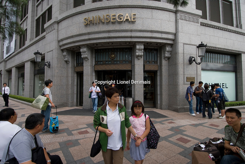 Shinsegae department store in Central Seoul, South Korea. 2009<br /> <br /> Le grand magasin Shinsegae dans le centre de Seoul.