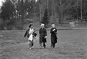 Tre på promenad