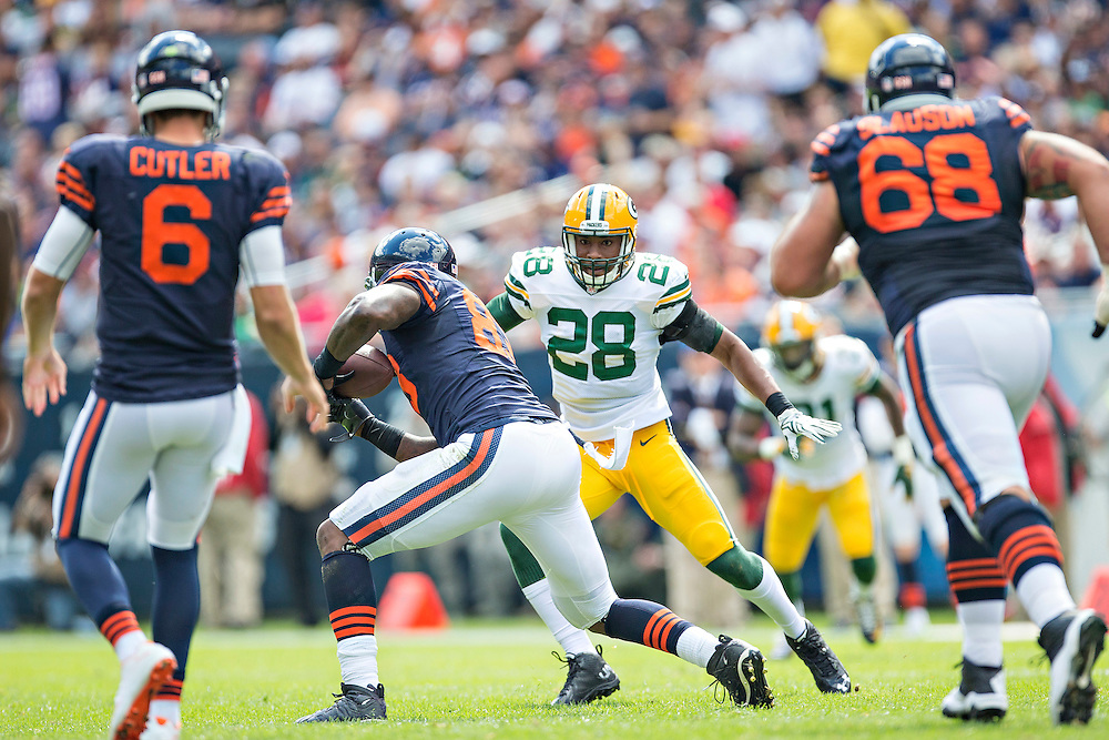 CHICAGO, IL - SEPTEMBER 13:  Sean Richardson #28 of the Green Bay Packers looks to make a tackle on Martellus Bennett #83 of the Chicago Bears at Soldier Field on September 13, 2015 in Chicago, Illinois.  The Packers defeated the Bears 31-23.  (Photo by Wesley Hitt/Getty Images) *** Local Caption *** Sean Richardson; Martellus Bennett